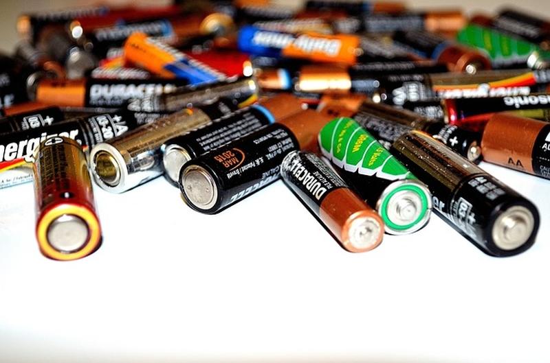 アルカリ乾電池とマンガン乾電池の違い ...